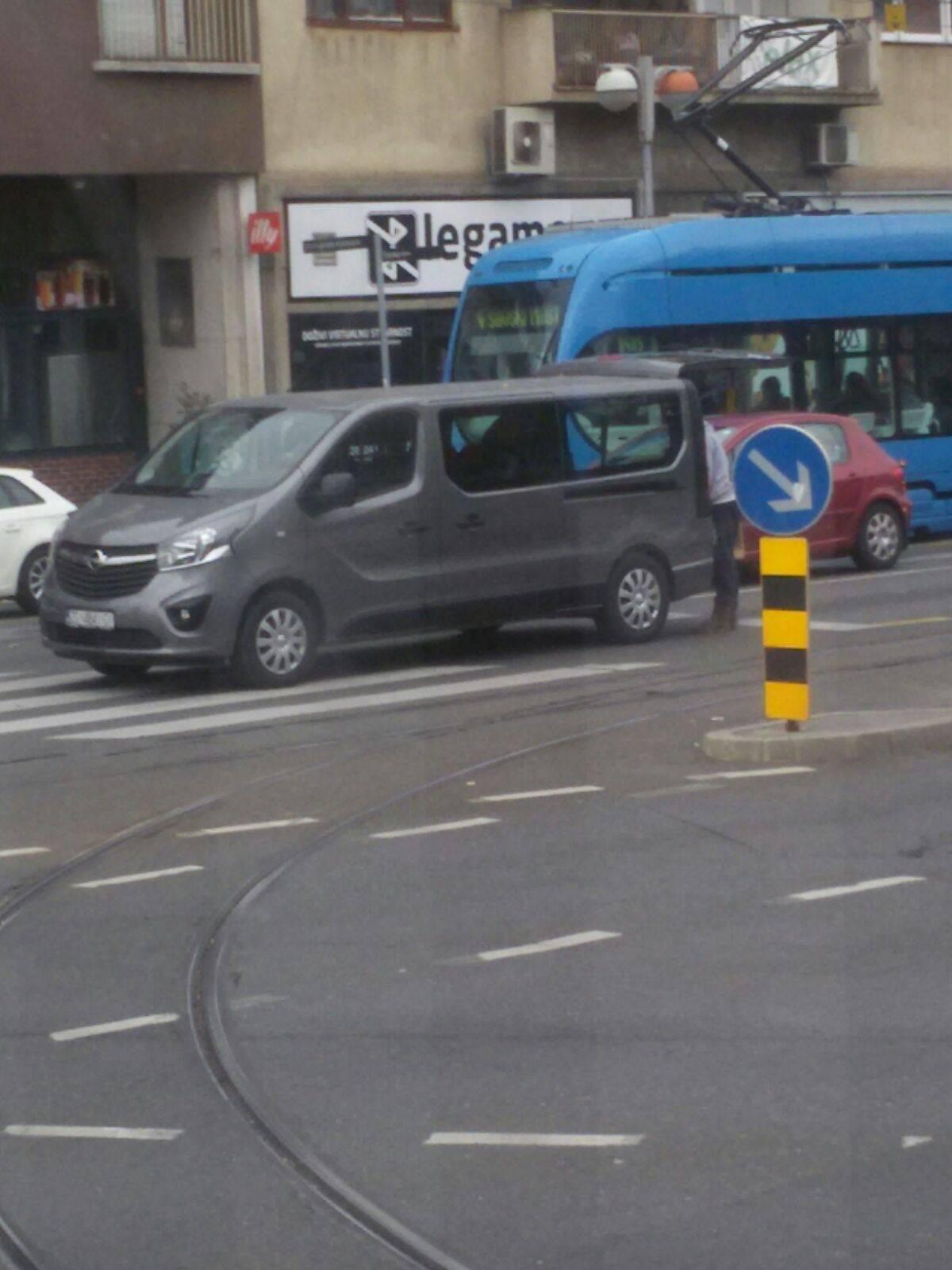 Iz kombija im ispao ormar  nasred prometnog raskrižja u Zagrebu