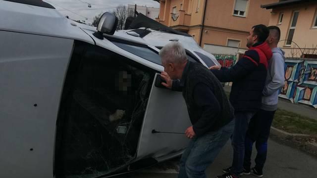 Prolaznici izvlačili vozača iz auta, srećom nije ozlijeđen