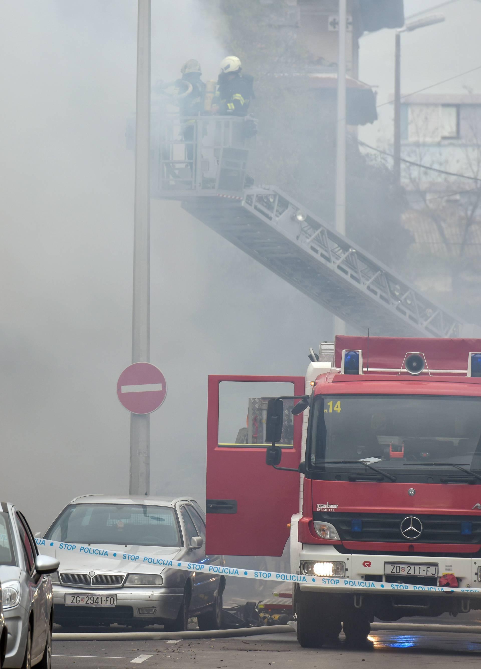 Zadar: U sklopu marine Tankerkomerc vatrogasci se bore s požarom