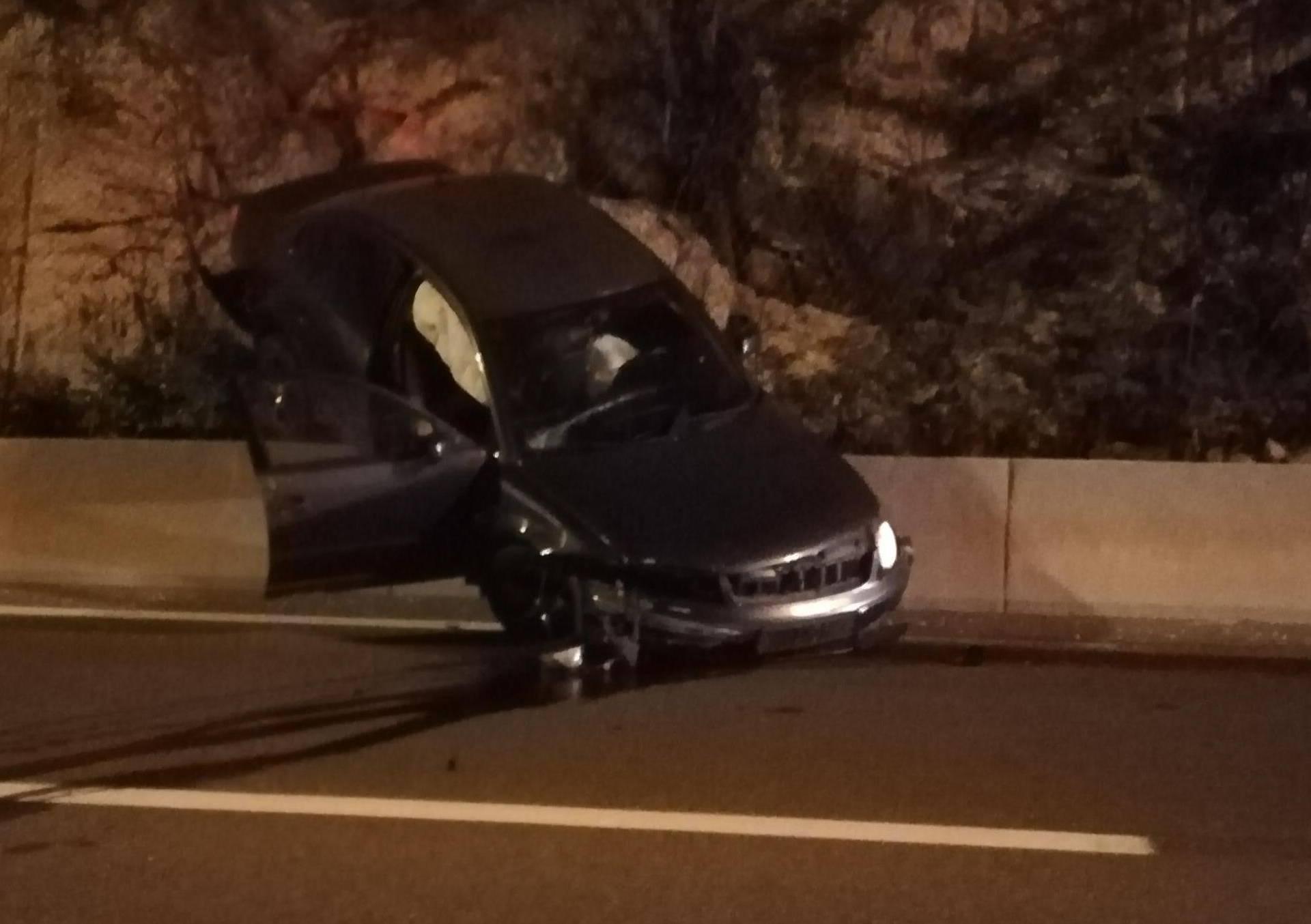 Traži se vozač: Slupao je auto kraj Splita i pobjegao pješice