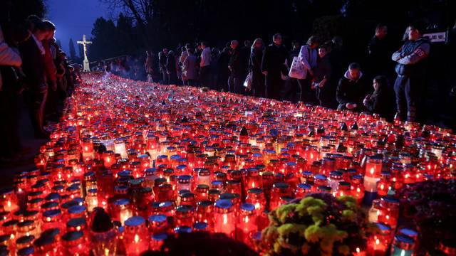 Zagreb: Goblje Mirogoj noću na dan Svih svetih