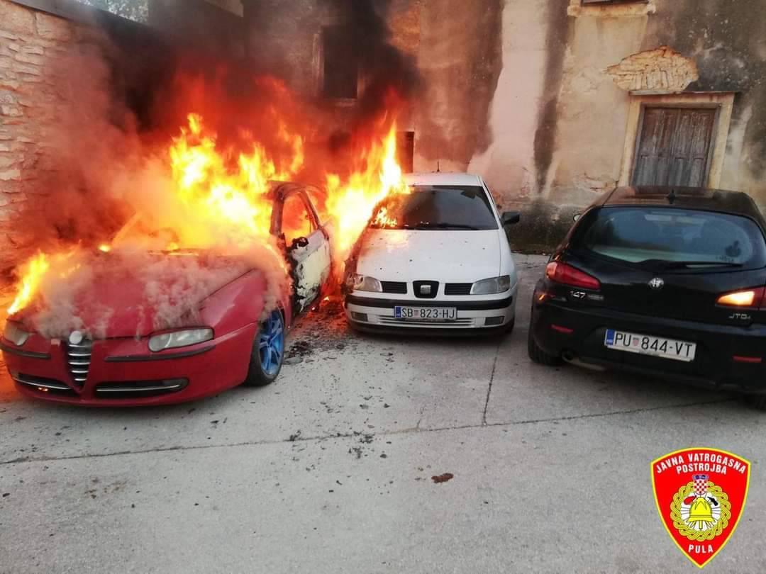 Auti u Vodnjanu zapalili se zbog otvorenog plamena: Nekoliko desetaka tisuća kuna štete