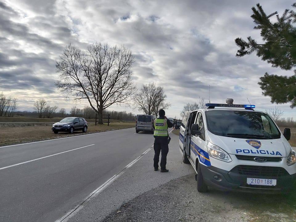 Vozač dobio srčani udar i sletio autom s ceste: Preminuo je...