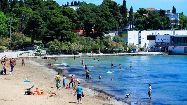 Split: Na Bačvicama započela sezona kupanja