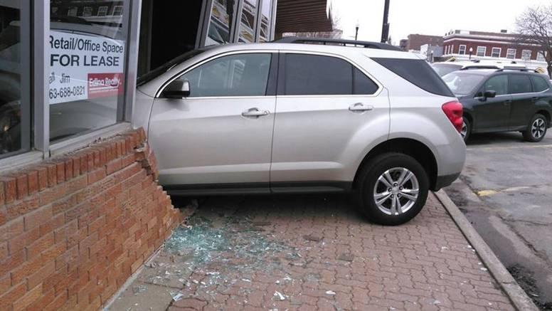 Nije ni krenula s parkinga, već se zabila - direkt u autoškolu