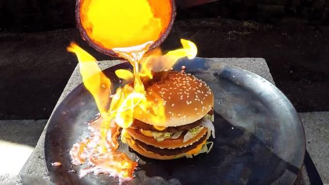Jedan prepečeni molim: Burger su prelili bakrom na 1085°C