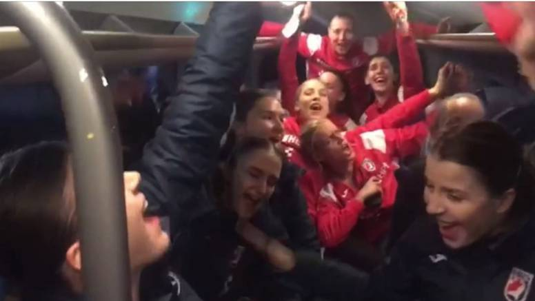 Veliko slavlje! Srušile Mađarsku pa zapjevale 'Lijepa li si' u busu