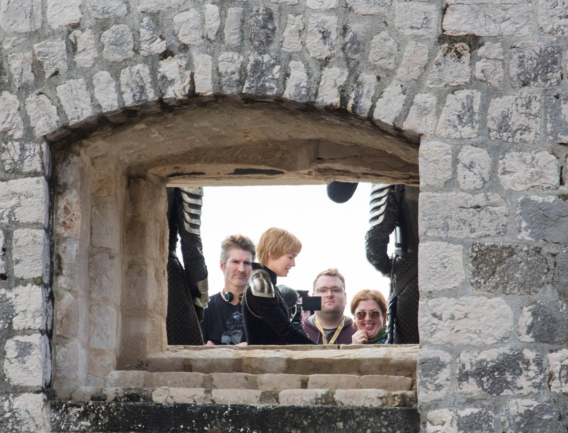 Jon Snow i Cersei snimaju na kuli Bokar, štite ih kišobranima