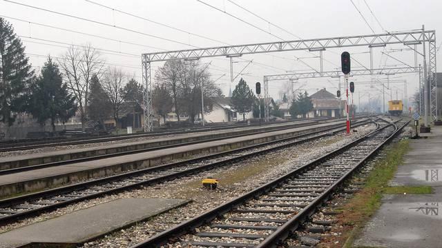 Vozač nije zaustavio auto kod prijelaza: Na njega naletio vlak