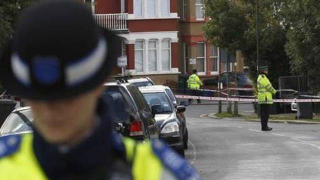 Naoružani napadač drži ljude u dvorani za kuglanje u Britaniji