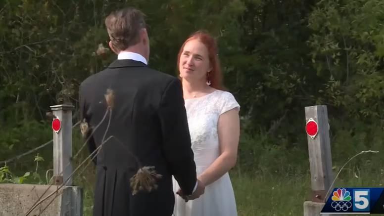 Vjenčali se na samoj granici jer njezini roditelji nisu mogli ući u SAD iz Kanade zbog korone