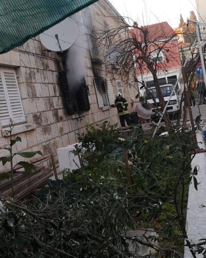 Izgorio stan u Trogiru: 'Baka je istrčala van i zvala vatrogasce'
