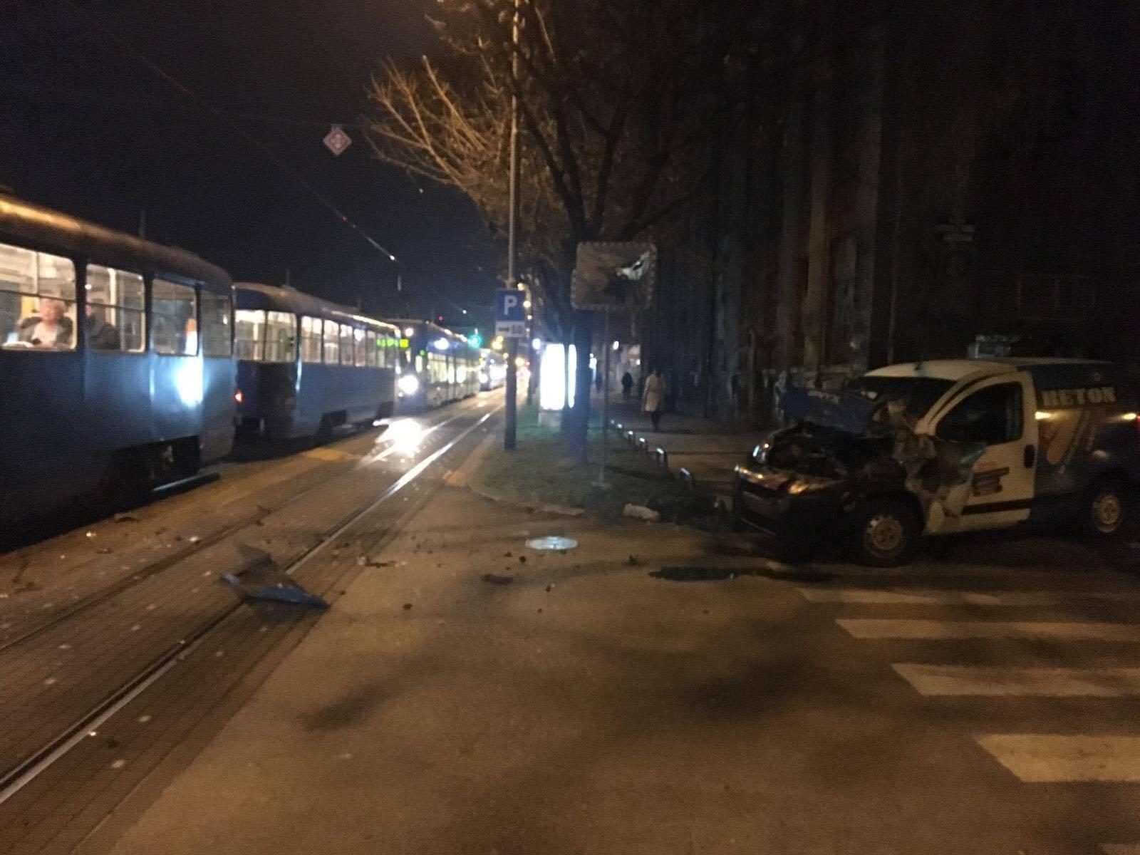 Sudarili se tramvaj i dostavno vozilo: 'Putnici su padali...'