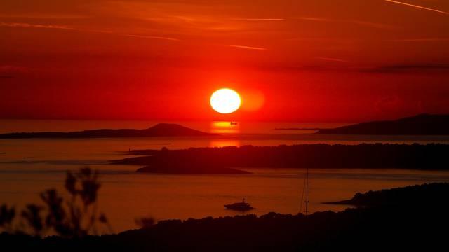 Sve nijanse crvene: Prekrasan zalazak sunca u Malom Lošinju