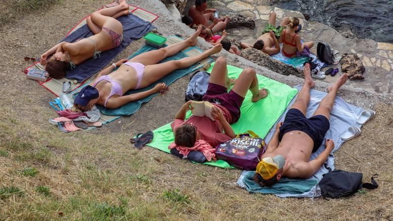Šarmantni Rovinj privukao je brojne turiste: Gradske kamene plaže i ulice su pune ljudi