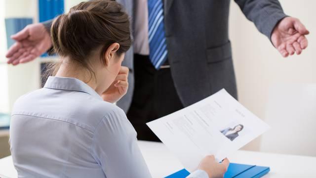 Koja blamaža: Na razgovoru za posao pružio lakat da je pozdravi, ali ona to nije shvatila