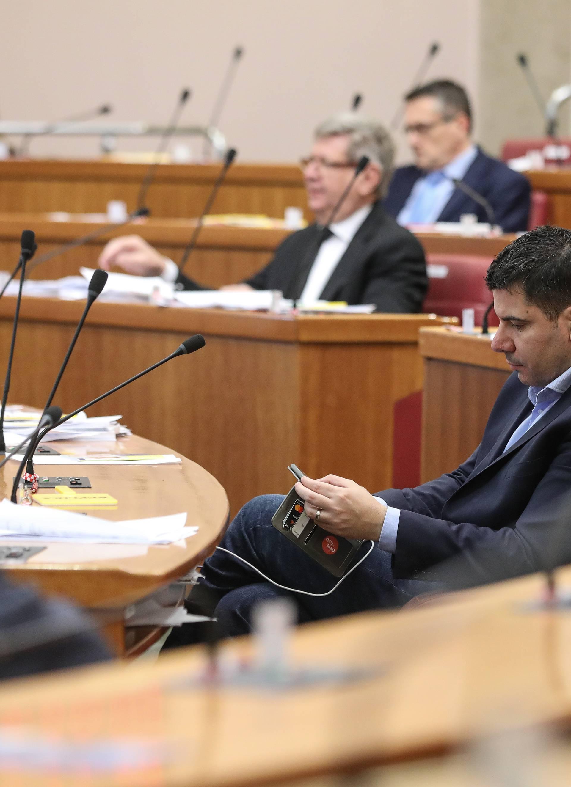 Zagreb: Zastupnici se vratili u zgradu Hrvatskog sabora gdje nastavljaju sa zasjedanjem