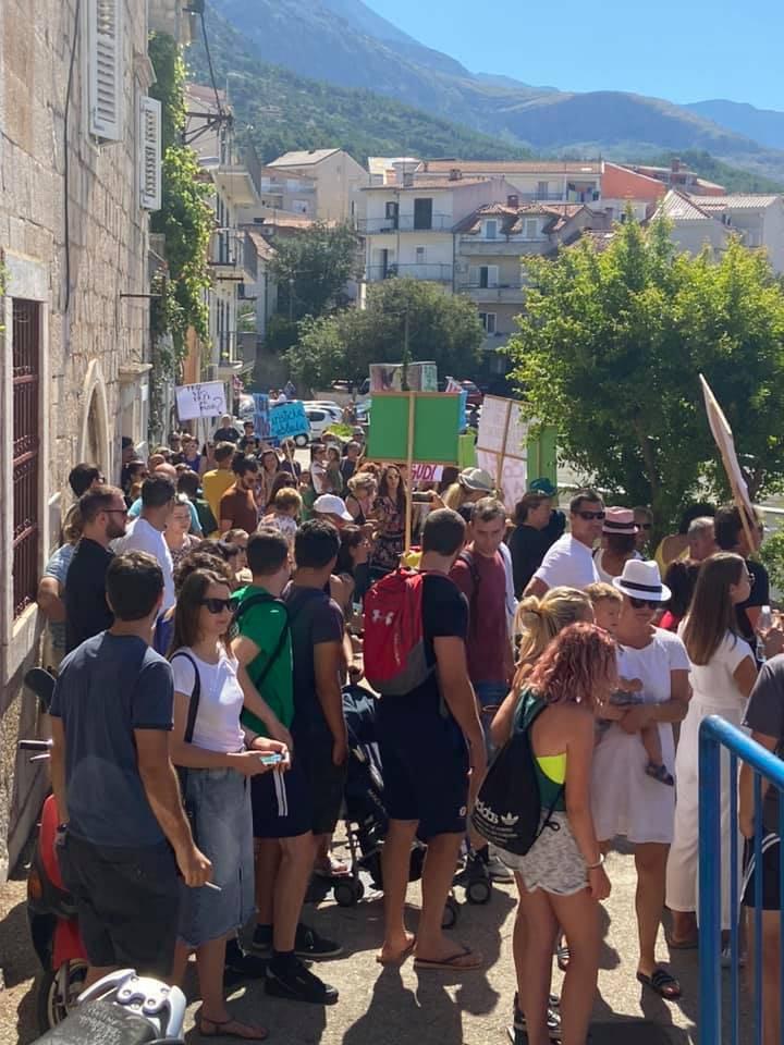 Bučan prosvjed u Makarskoj: Građani pozivaju Hloverku