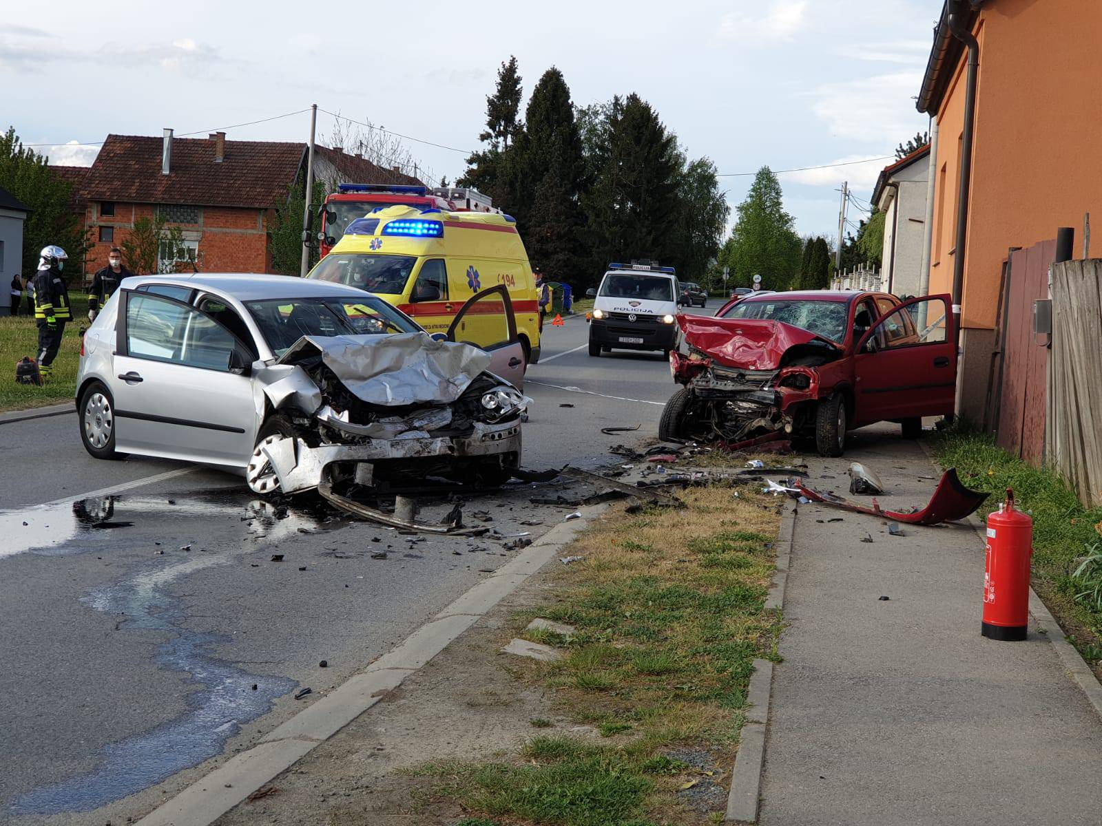 Frontalni sudar u Cerniku: U autu poginuo muškarac (70)