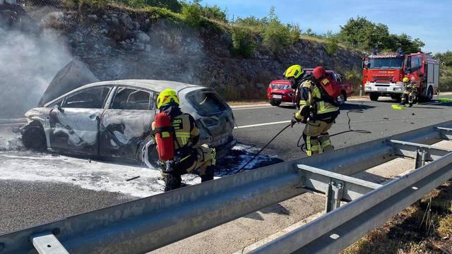 Zaspao za volanom pa se zabio u ogradu na Ipsilonu: Iz auta u plamenu svi izašli bez ozljeda