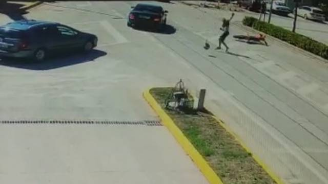 Strašan video iz BiH: Neoprezni vozač auta naletio na motoristu