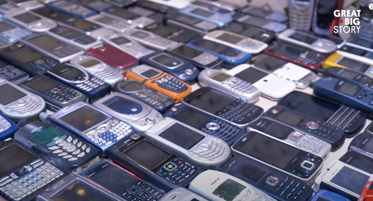 Ukupno ima 2371  mobitel i ne da ih baciti - dok se žena ljuti