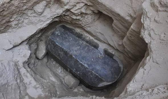 Golemi crni sarkofag pronađen u Egiptu šokirao stručnjake