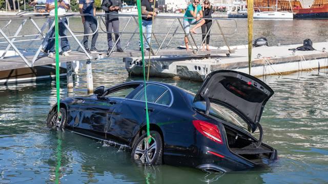 Jurio Lapadskom obalom pa sletio s ceste i 'okupao' se, ronioci izvukli Mercedes iz mora
