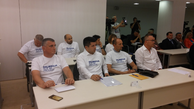 """Mostovci majicama poručili da """"Dalmacija nije na prodaju"""""""