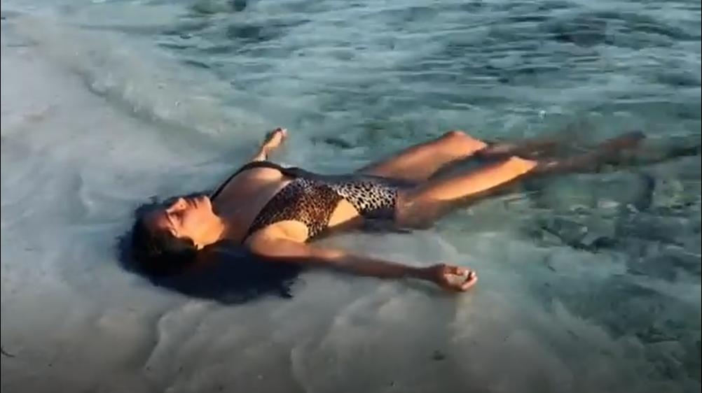 Salma odjenula 'leopard' badić pa ukrala svu pažnju na plaži