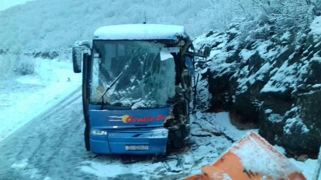 Autobus kod Zagvozda sletio s ceste: Vozač je teško ozlijeđen