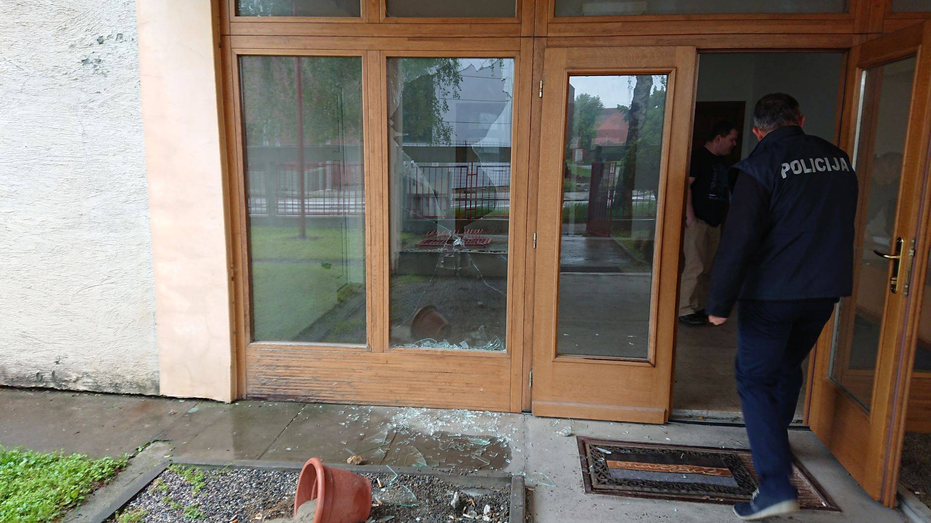 Razbili staklo na ulazu u SDP: Ne očekuju da će naći  krivce
