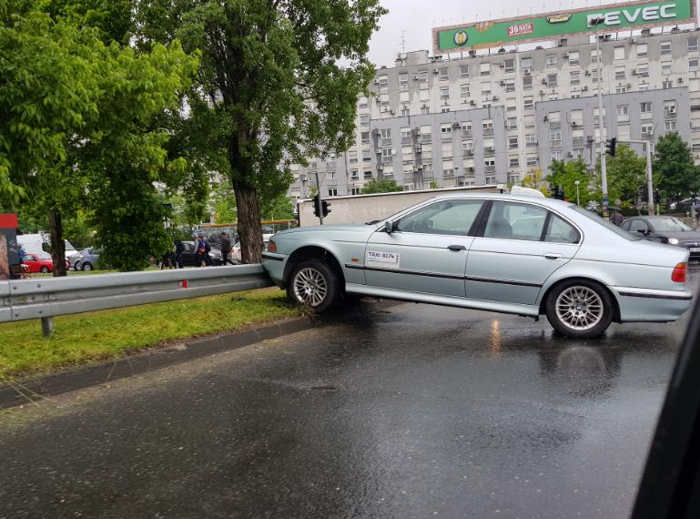 Prometni kolaps u Zagrebu: Na ogradu naletio svojim BMW-om