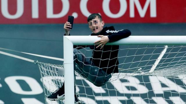 Klinac pao s gola dok su bijesni navijači divljali po Old Traffordu