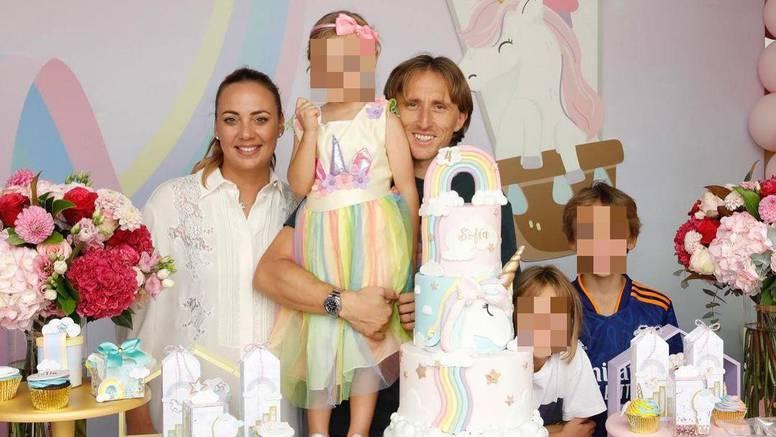 Modrić raznježio obiteljskom fotkom: 'Princezo, volimo te'