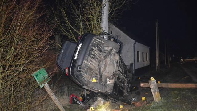 Fotografija užasne nesreće: Autom preletio kanal, udario u električne stupove i poginuo
