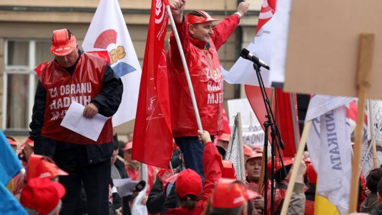 Na prosvjedu je oko 1500 ljudi: 'Posao i plaća, a ne burza!'