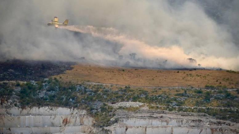 Pogledajte dramatične snimke kanadera koji gase veliki požar: 'Radimo nadljudskim naporima'