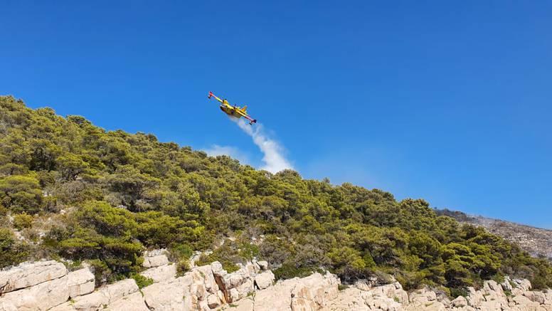 Kod Oklaja još gori, zbog požara na Hvaru prijavili mladića (23) koji je ispalio signalnu raketu
