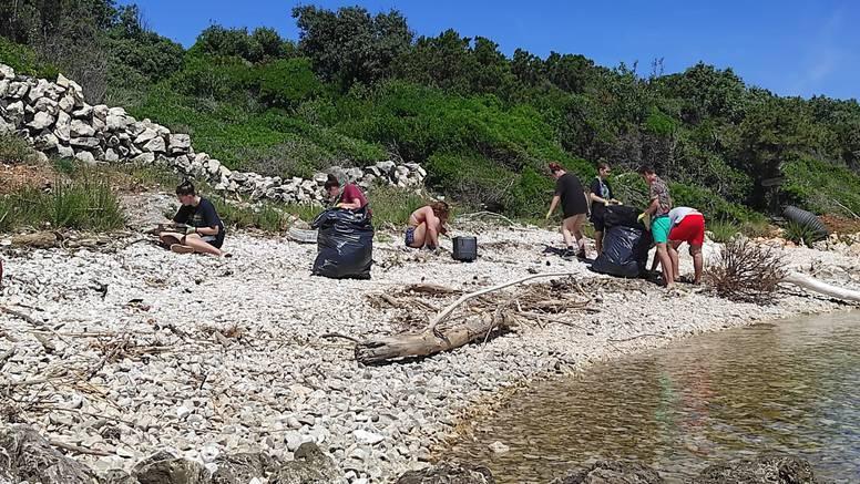 Male ruke s čarobnim receptom čiste otok od plastike i donose život u napuštenu otočku školu