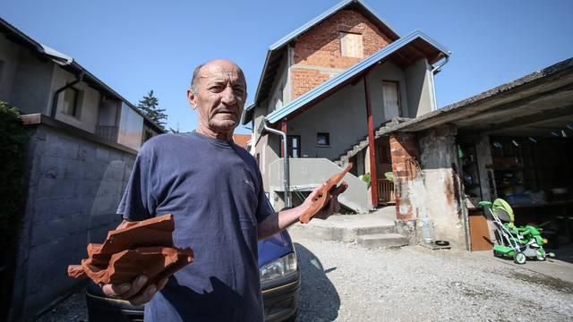 Nisko letio: Pri slijetanju avion mu je skinuo crepove s krova...