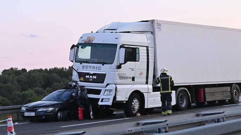 Užas kraj Brinja: Kamion gurao auto 150 metara, dijelovi letjeli  po autocesti, poginulo je dijete