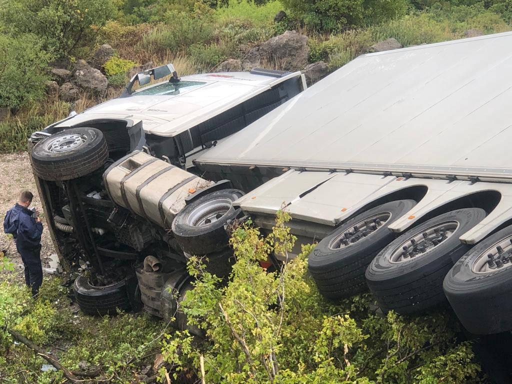 Kamionom kod Gračaca izletio u provaliju, prošao bez ozljeda