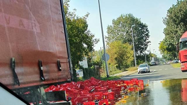 Na Slavonskoj u Zagrebu: Iz kamiona se na cestu rasule gajbe pune gaziranih pića