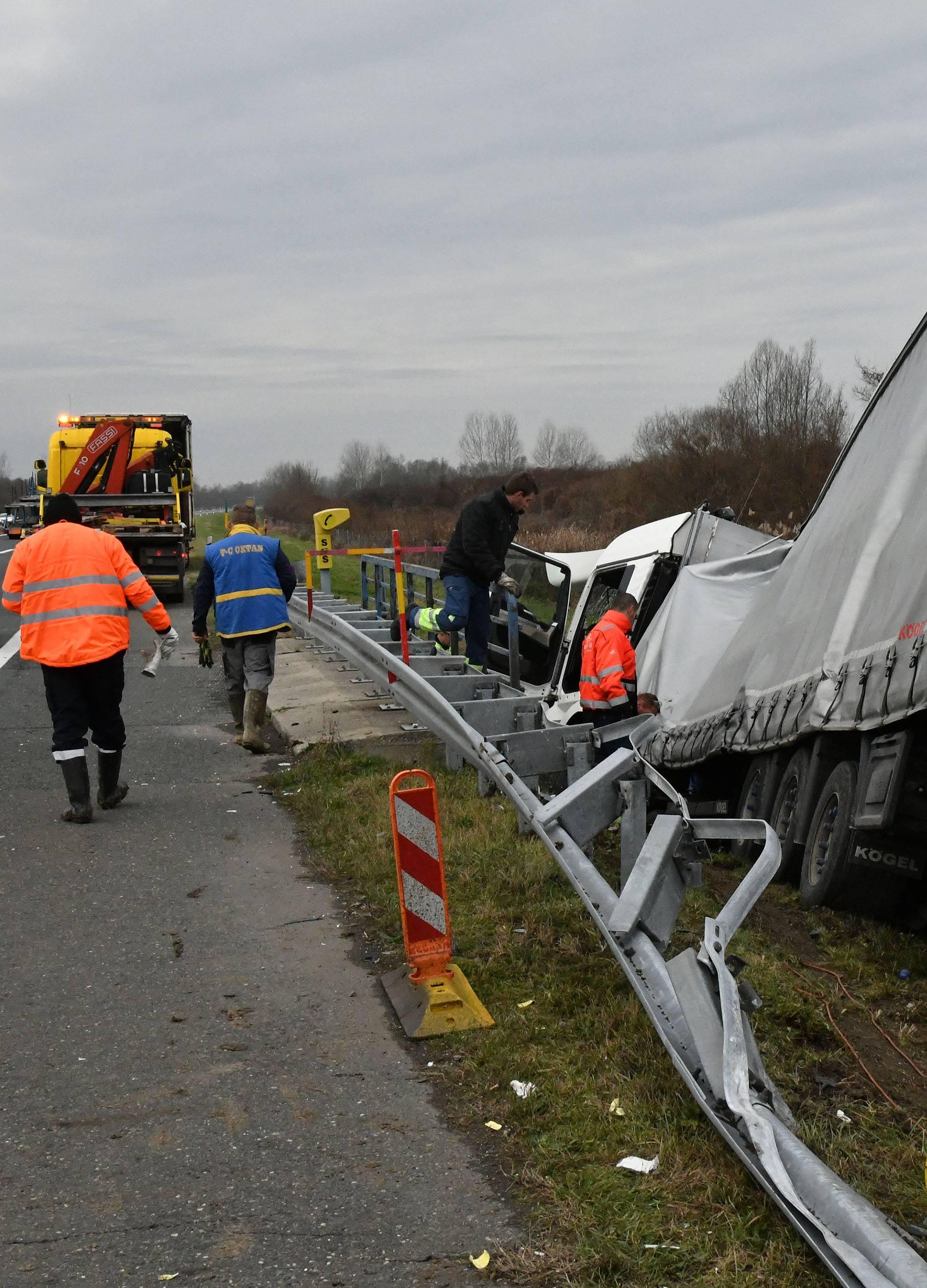 Vozač kamiona teško ozlijeđen: Sletio u kanal, rasuli se dijelovi
