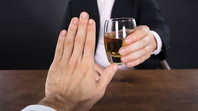 Nemojte piti alkohol na prazan želudac! Evo što to radi tijelu