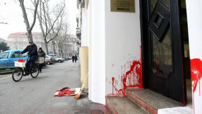 Ulazna vrata HDZ-a u Karlovcu i Zagrebu zalili crvenom bojom