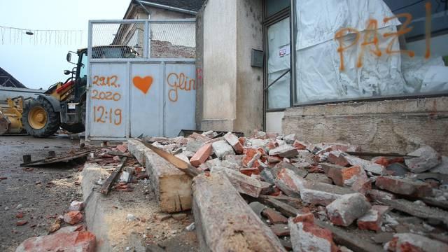 Vrijeme razornog potresa u Glini zauvijek će ostati na ogradi obiteljske kuće