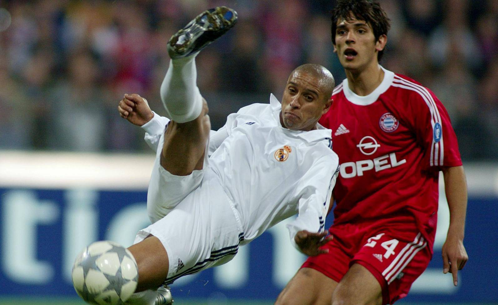 FILE PHOTO: Real Madrid defender Roberto Carlos is challenged by Bayern Munich striker Roque Santa Cruz during Real's 2-1 Champions League quarter-final first leg defeat at the Olympic Stadium, Munich.