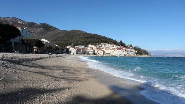 Zimski dan u Mošćeničkoj Dragi: Valovi 'ljube' osunčanu obalu